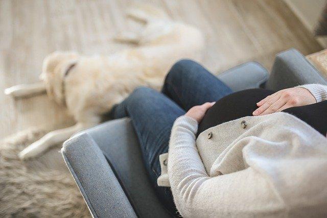 להורים שבדרך: מה עושים נגד כאבי בטן בהיריון?